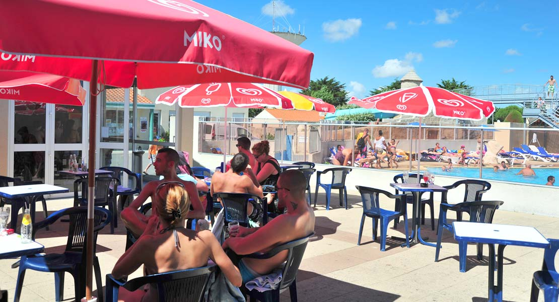 The bar terrace with a view of the aquatic area of the campsite in Saint-Hilaire