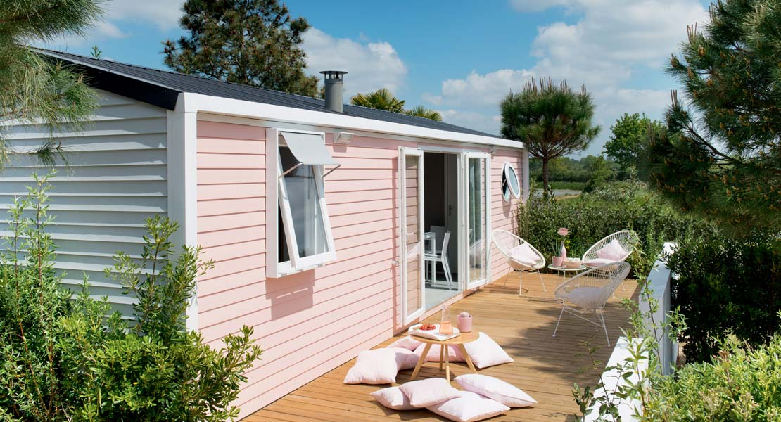 Terrace and garden furniture of a mobile home to rent year-round in Vendée